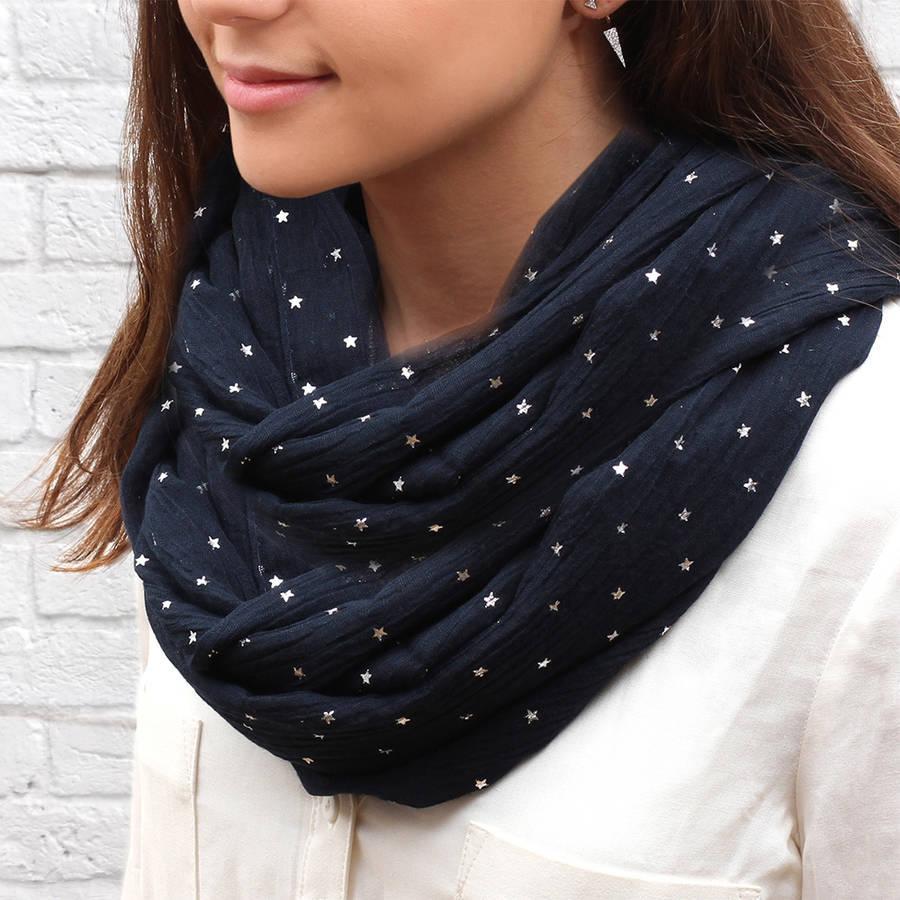 sharf-snud-foto_4 Как связать модный шарф снуд, хомут, шарф с крупными косами и шарф капюшон обычными и круговыми спицами: способы вязки и идеи узоров для вязки шарфов с пошаговыми инструкциями и схемами