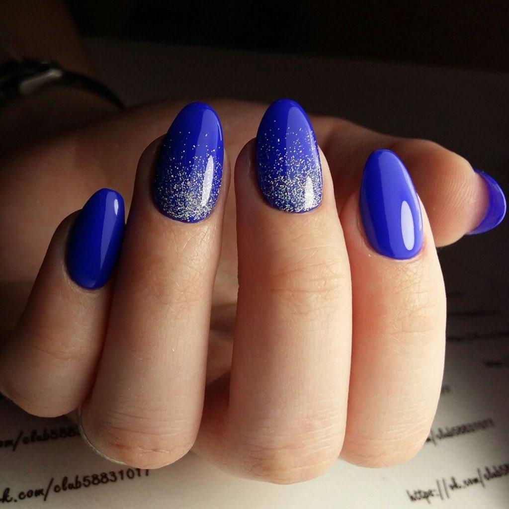 Красивый синий маникюр с блестками