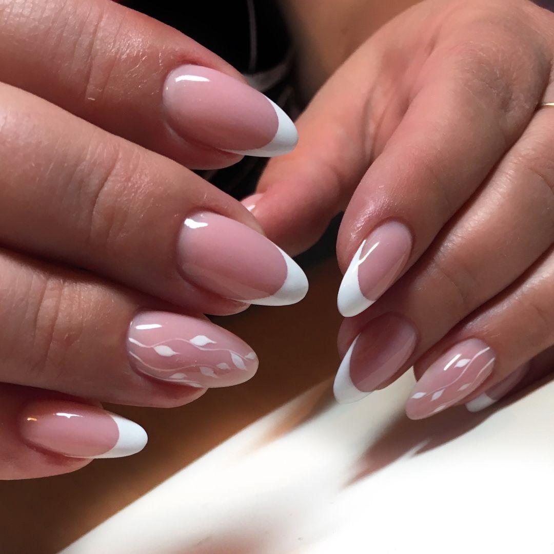 Белый френч на овальных ногтях фото